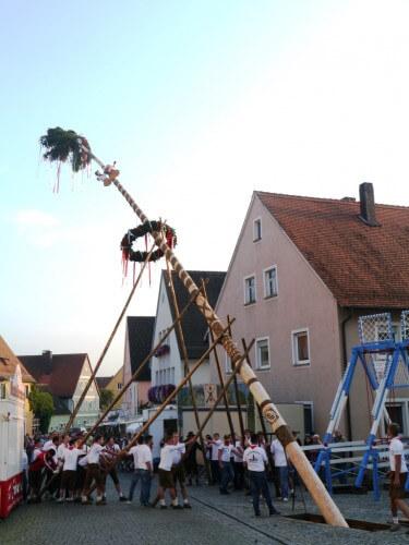 a Aufstellen Kirchweihbaum