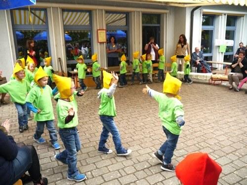 a Aufführung Kinder