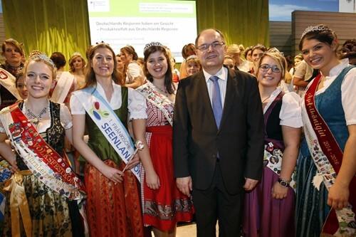 a Bundeslandwirtschaftsminister Schmidt mit den Fränkischen Königinnen
